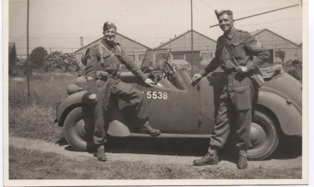 Photo de soldats anglais devant véhicule guerre 39-45